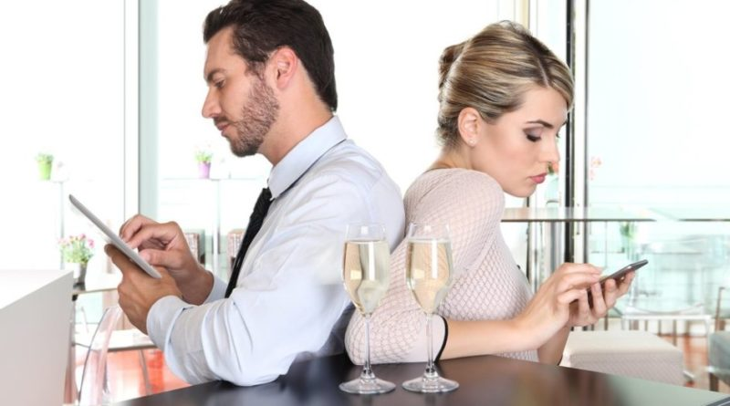 phubbing-is-hurting-your-relationships